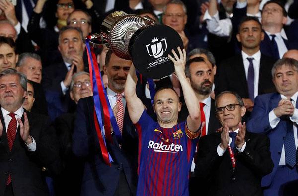 Messi hôn vợ quên trời đất sau khi vô địch Cup nhà Vua - 5