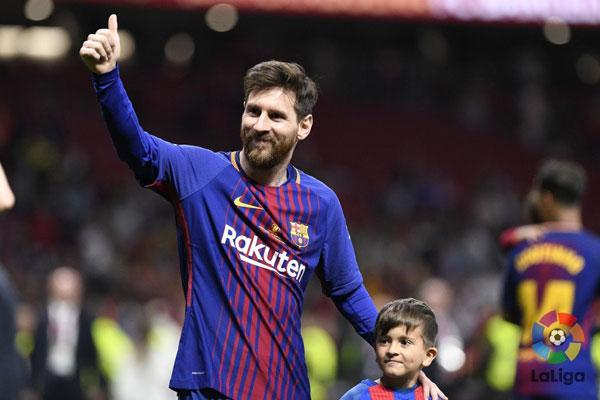 Messi hôn vợ quên trời đất sau khi vô địch Cup nhà Vua - 3