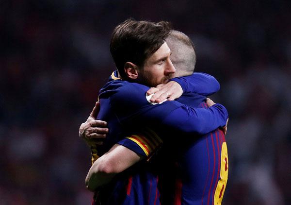Messi hôn vợ quên trời đất sau khi vô địch Cup nhà Vua - 6