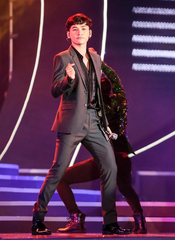 Ca sĩ Ali Hoàng Dương cùng vũ đoàn khuấy động sân khấu với ca khúc Theo anh.