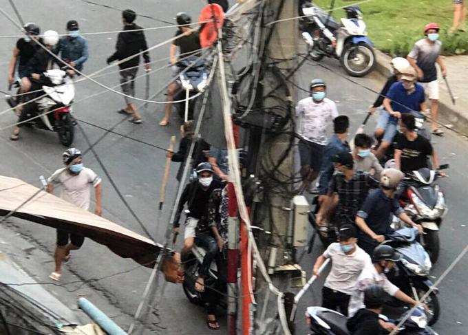 Hàng chục thanh niên ôm mã tấu tại trận hỗn chiến. Ảnh:CTV