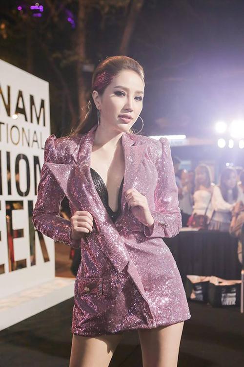 Bảo Thy tới dự sự kiện thời trang với bộ vest tím ánh kim