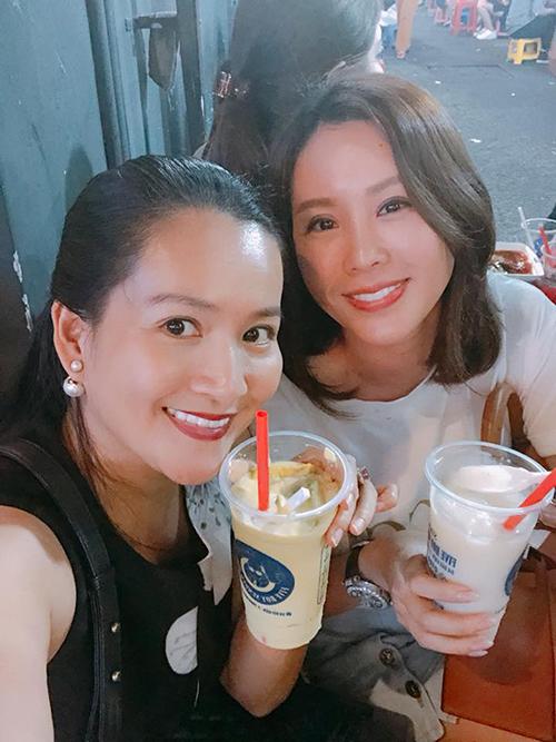Anh Thơ - bà xã Bình Minh - được cô bạn thân là Hoa hậu Thu Hoài dẫn đi chơi phố đi bộ. Cô chia sẻ: Lần đầu tiên được dắt ra phố đi bộ Bùi Viện uống sinh tố giải ngố má ơi, nhộn nhịp dễ sợ.