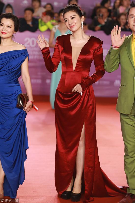 Thư Kỳ thay liên tiếp 3 bộ váy trong một tối dự Liên hoan phim - 8