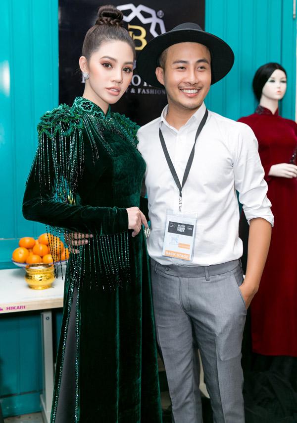 Hoa hậu thế giới người Việt tại Australia 2015 Jolie Nguyễn chụp ảnh cùng nhà thiết kế Bảo Bảo trong hậu trường.