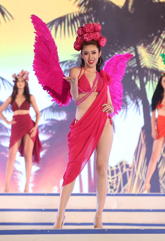 Người đẹp Lê Huỳnh Thuý Ngân lại trình diễn áo tắm có tone màu hồng đậm.