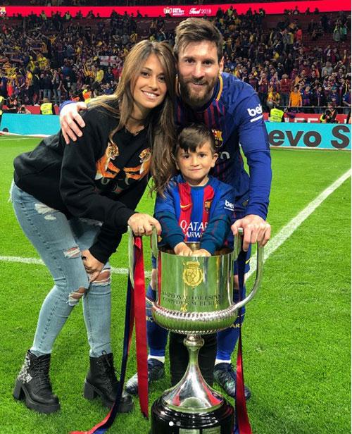 Messi hôn vợ quên trời đất sau khi vô địch Cup nhà Vua - 2