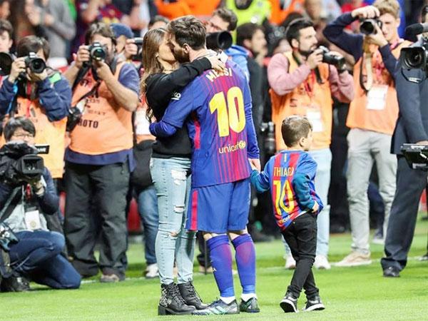 Messi hôn vợ quên trời đất sau khi vô địch Cup nhà Vua