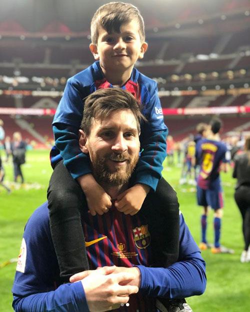 Messi hôn vợ quên trời đất sau khi vô địch Cup nhà Vua - 1