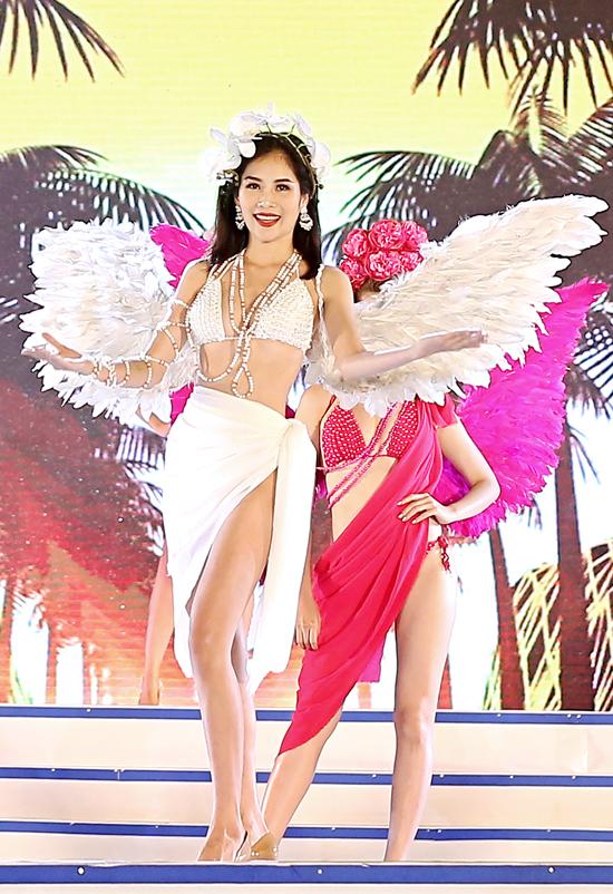 Sau khi đăng quang cuộc thi Người mẫu Thời trang, Nam Anh rất đắt show diễn thời trang. Tối qua (21/4), chị gái song sinh của Nam Em diện bikini gợi cảm củaNTK Việt Hùng, sải bước catwalk cùng dàn chân dài trong Lễ hội Du lịch Sầm Sơn 2018.