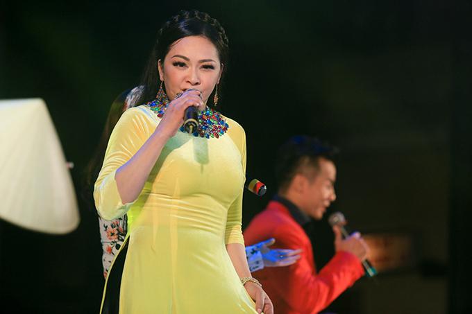 Sau mỗi tiết mục, nữ ca sĩ đều nhận được những tràng vỗ tay ủng hộ khiến chị hạnh phúc.