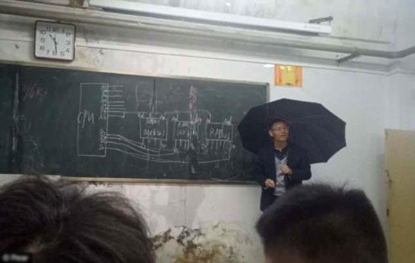 Tiết học về máy tính của thầy giáo trong lớp học bị ngấm nước mưa. Ảnh: Pear.