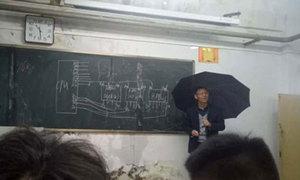 Lớp học bị dột, thầy giáo Trung Quốc vừa che ô vừa giảng bài