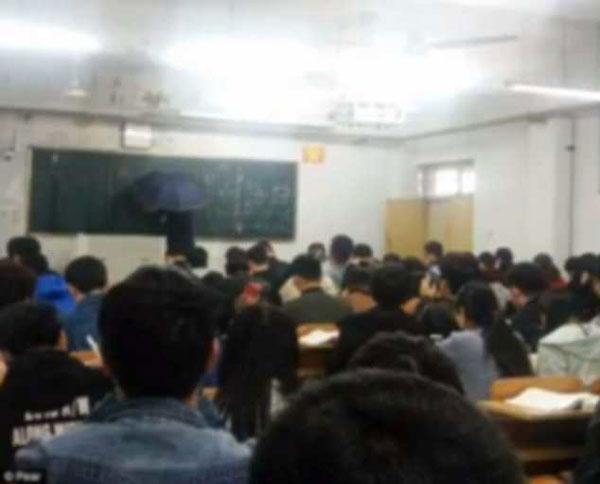 Lớp học kín chỗ nhờ sự nhiệt tình của giảng viên. Ảnh: Pear.
