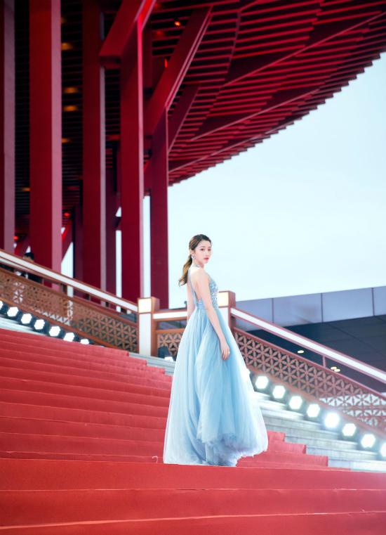 Thư Kỳ thay liên tiếp 3 bộ váy trong một tối dự Liên hoan phim - 10