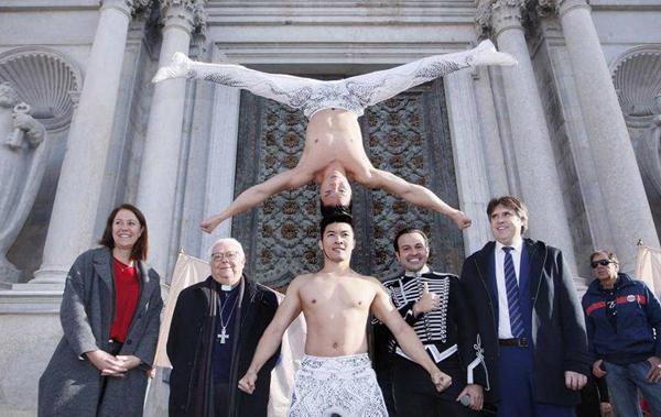 Quốc Cơ - Quốc Nghiệp diễn màn chồng đầu, lập kỷ lục Guinness thế giới tại Tây Ban Nha, năm 2016.