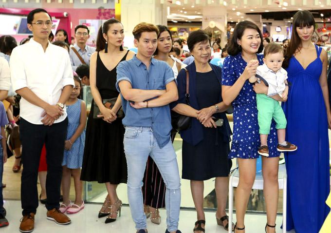 Vợ chồng Hà Tăng và các khách mời nổi tiếng chăm chú xem những màn biểu diễn sôi động tại sự kiện.