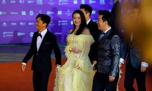 4 quý ông cùng xách váy cho Thư Kỳ trên thảm đỏ