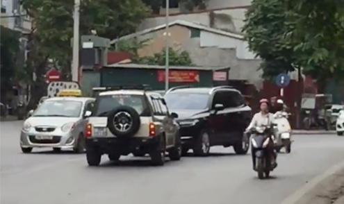 Hai tài xế dừng ôtô giữa đường, đối đầu nhau cả tiếng đồng hồ