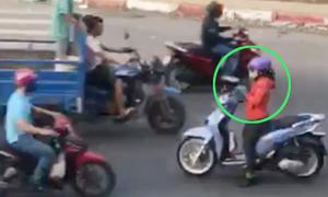 'Nữ ninja' chạy ngược chiều, dừng xe giữa đường nghe điện thoại
