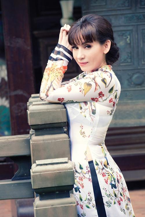 Thời còn trẻ, nữ ca sĩ Phi Nhung sở hữu vóc dáng gọn gàng, nuột nà. Những bộ áo dài gợi cảm, quyến rũ không chỉ phù hợp với dòng nhạc cô theo đuổi mà còn tôn vinh vẻ giản dị, ngọt ngào của nữ ca sĩ.