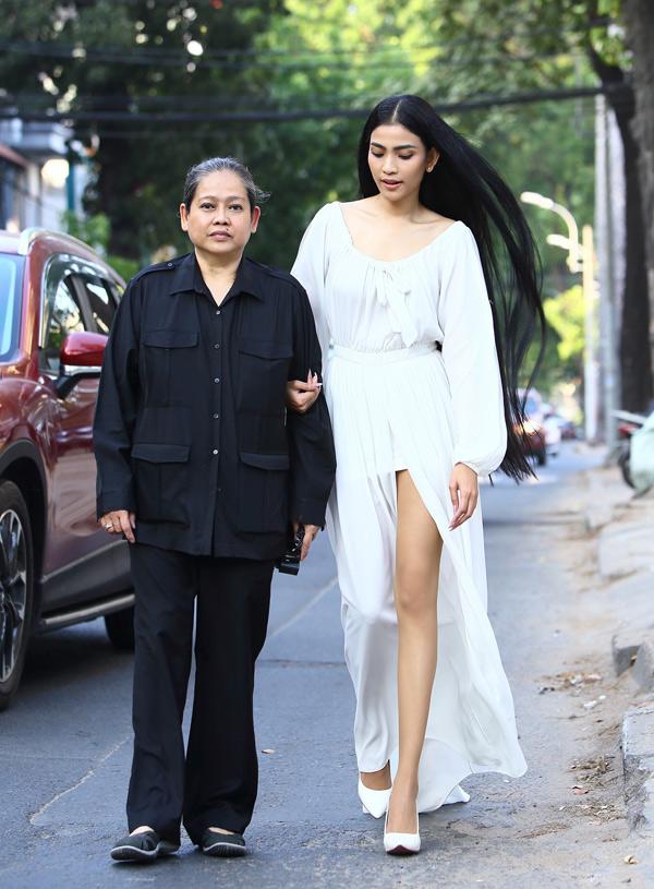 Trương Thị May diện váy trắng muốt đi sự kiện cùng mẹ. Cô thả mái tóc suôn dài tự nhiên tung bay trong gió.