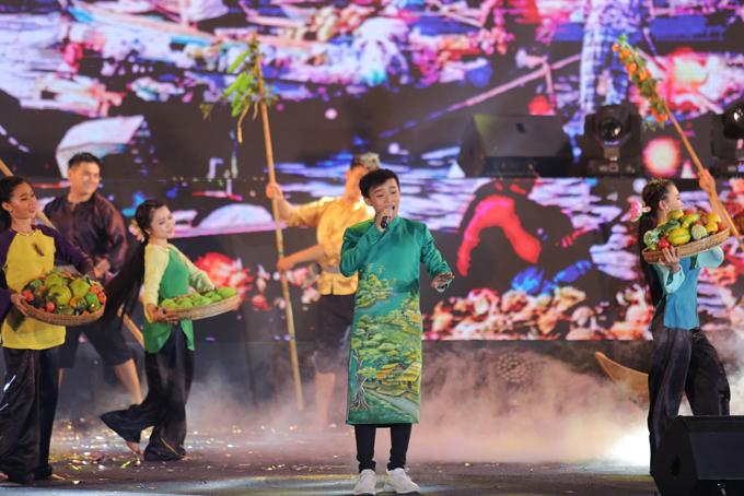 Hồ Văn Cường hát Về miền Tây và Đêm mưa nhớ mẹ tặng khán giả.