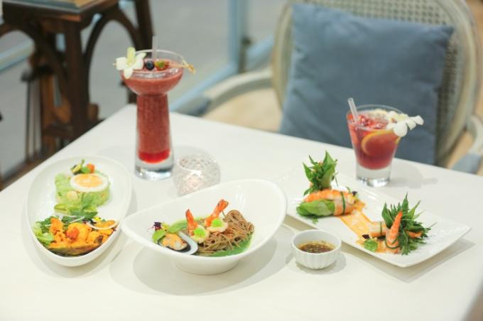 Ngoài các loại bánh và trà hấp dẫn, thực khách còn có thể thưởng thức nhiều món ăn sáng tạo kết hợp khéo léo giữa phong cách Á Đông và Âu châu.
