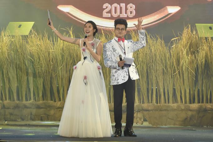 Hai MC của chương trình là Á hậu Thúy Vân và MC Thanh Bạch.