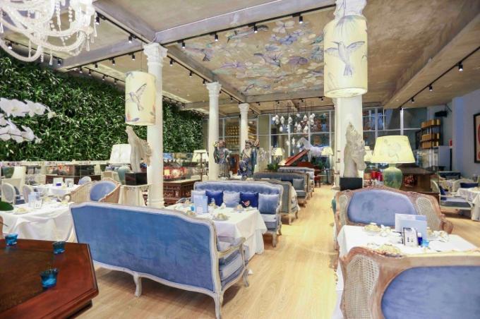 Các địa điểm Khanhcasa Tea House được thiết kế nội thất bắt mắt, kết hợp hài hòa giữa sự nhẹ nhàng gầnn gũi với thiên nhiên. Nơi đây trang trí nhiều cây xanh mát cùng phong cách sang trọng cổ điển của đồ nội thất.