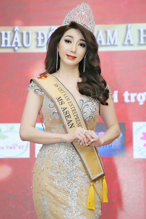 Người đẹp Hồng Tươi tổ chức tiệc mừng sau khi đăng quang Hoa hậu Đông Nam Á 2018.