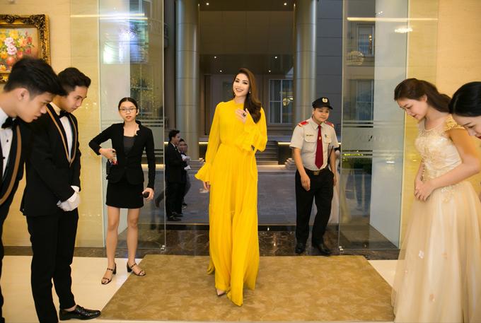 Hoa hậu thanh lịch chào đáp lễ các nhân viên ở sự kiện.