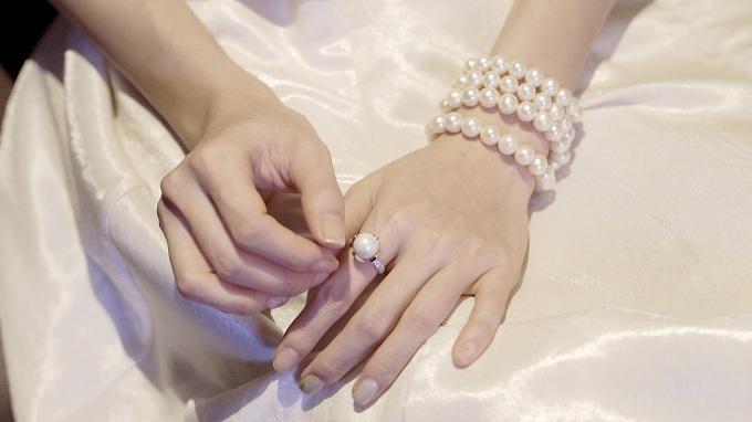 Nổi bật trong loạt phụ kiện của show diễn lần này làbộ trang sức ngọc trai Shining Pearl của thương hiệu Long Beach Pearl.