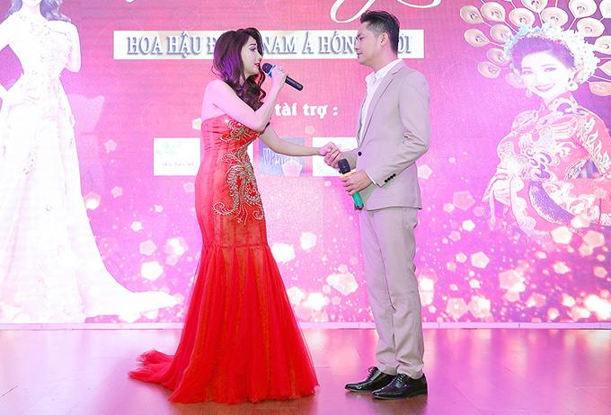 Minh Luân có mối quan hệ thân thiết với Hồng Tươi. Anh ngẫu hứng lên sân khấu song ca cùng chủ nhân đêm tiệc ca khúc Sầu tím thiệp hồng.