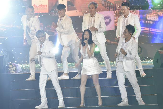 Trong chương trình, Mỹ Tâm khoe vũ đạo và giọng hát khỏe khoắn với các ca khúc Trắng đen, Người hãy quên em đi. Nữ ca sĩ khiến không khí đêm nhạc nóng đến đỉnh điểm.