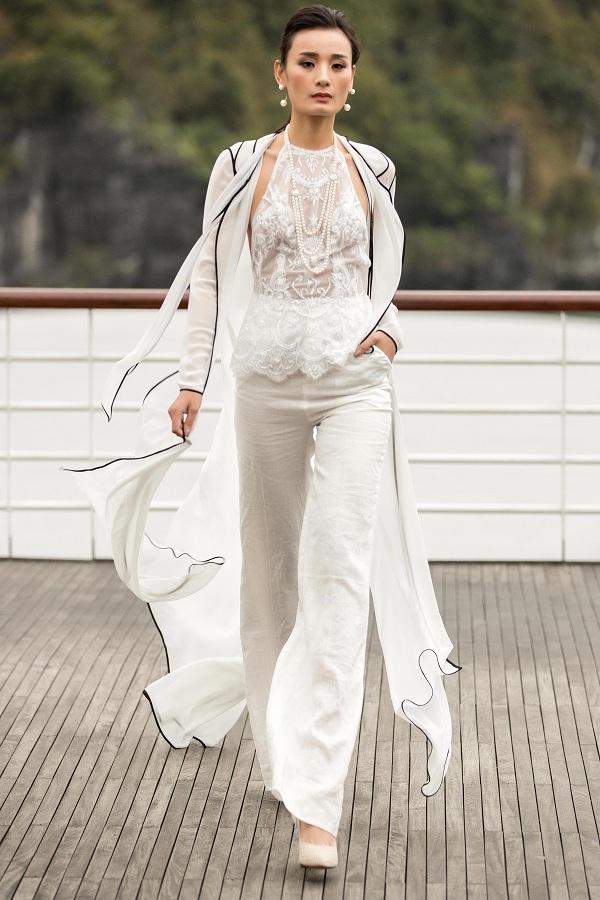 Những hạt ngọc trai chất lượng, sang trọng không chỉ xuất hiện cùng những chiếc đầm dạ hội quen thuộc, màđược phối hợp với nhiều kiểu trang phục như đầm ngắn, đầm cut out, set quần áo&