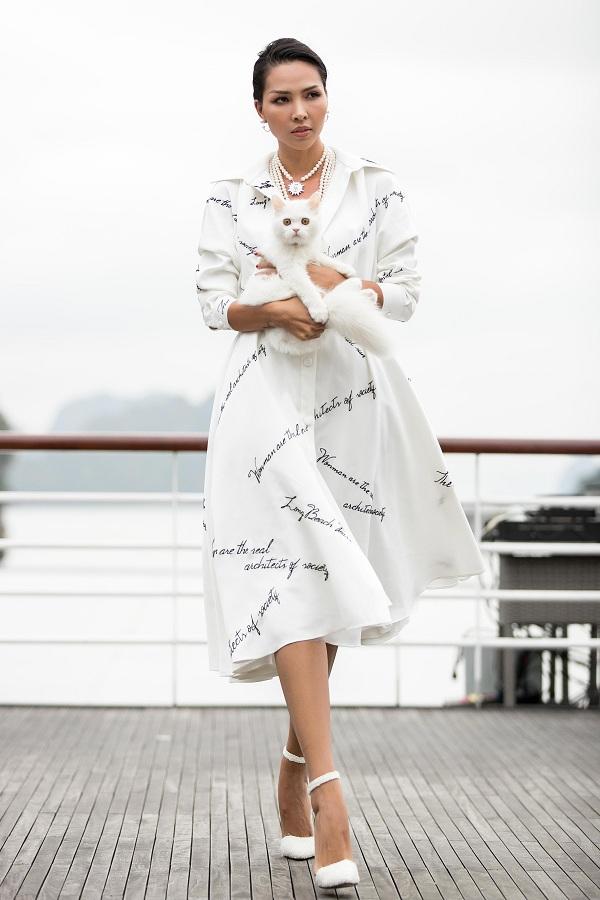 Loạt phụ kiện ngọc trai góp phần làm tăng nét cuốn hút và điểm nhấn cho các thiết kế của Lê Thanh Hòa.