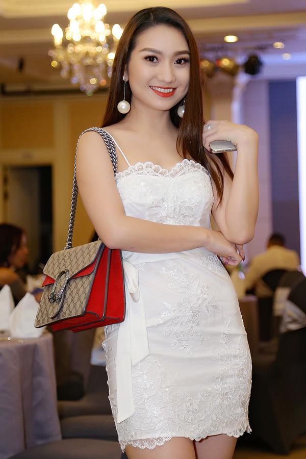 Hot girl Cao Mỹ Kim xinh tươi, gợi cảm. Cô khá lận đận tình duyên nên quyết định nghe lời thầy bói phán: đợi đến năm 30 tuổi mới yêu để mọi thứ suôn sẻ, có hậu.