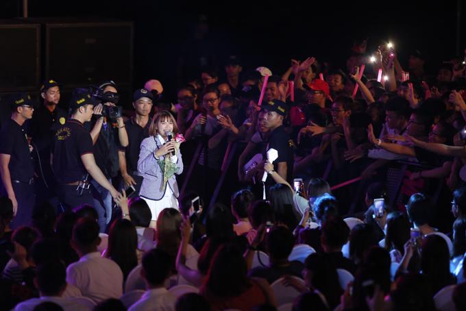 Khởi My cũng được nhiều khán giả hâm mộ. Cô trình bày hai ca khúc Trải qua và Break up.