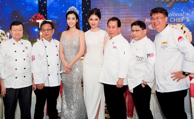 Đầu bếp nổi tiếng thế giới Martin Yan (Yan Can Cook - đứng thứ ba từ phải qua) cùng nhiều đồng nghiệp sang Việt Nam dự sự kiện.