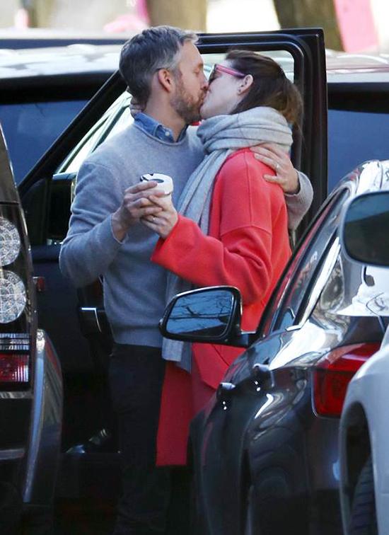 Vợ chồng Anne Hathaway và Adam Shulman trao nụ hôn tạm biệt tại bãi đỗ xe ở New York hôm chủ nhật, 22/4.
