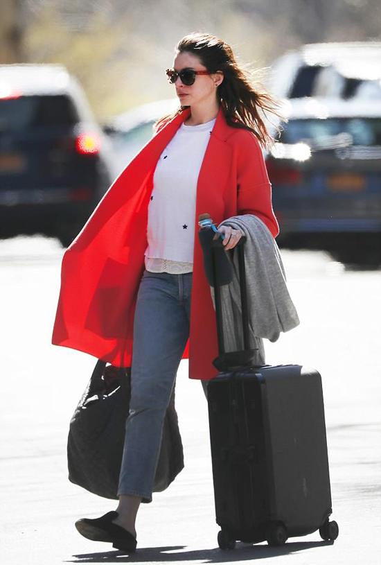 Anne lên đường ra sân bay JFK, New York. Thời gian này, nữ diễn viên bận rộn quảng bá phim hài Oceans 8 và quay một loạt dự án phim mới.