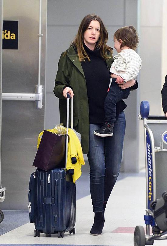 Hôm 18/4, Anne Hathaway cũng được trông thấy ra sân bay đi họp báo phim. Cô bế theo cậu con trai gần 2 tuổi.