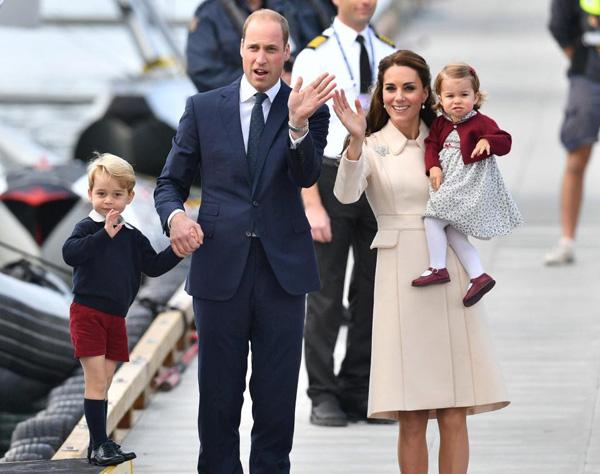 Vợ chồng Hoàng tử William-Kate bên hai con. Ảnh: PA