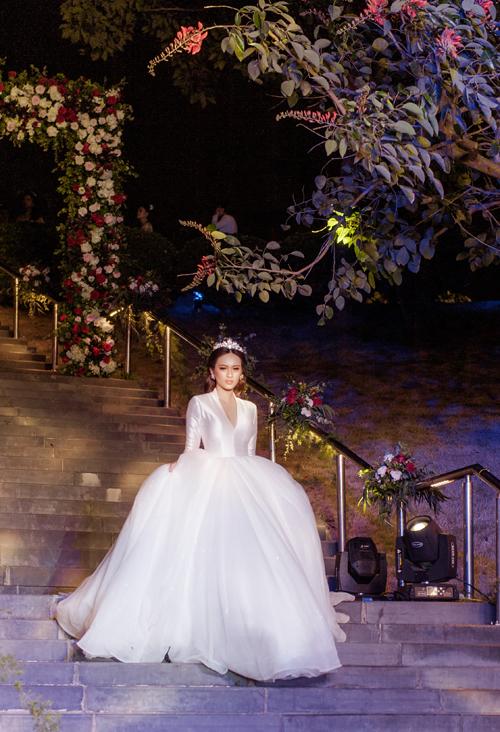 Bộ sưu tậpDream of Eden giới thiệu nhiều mẫu váy cưới khác được dự đoán là xu hướng của mùa cưới năm nay. Cùng với dáng bồng xòe kinh điển, chất liệu Satin bóng mượt, tơ xước, ren tinh tế cao cấp sẽ là lựa chọn hàng đầu của các nhà thiết kế.
