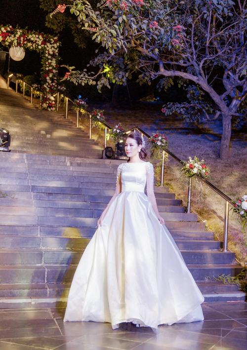 Lụa công nương là một tên gọi khác của chất liệu lụa cao cấp - hot trend của thời trang cưới năm nay. Nếu muốn tạo phong cách cổ điển, cô dâu có thể chọn váy cưới lụa công nương đính ngọc trai.