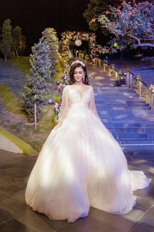 Bên cạnh đó, cô dâu có thể chọn kiểu váy dài tay bằng chất liệu ren thêu tinh tế.
