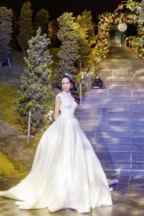 Những mẫu thiết kế lấy cảm hứng từ thời trang cưới của công nương Kelly, công nương Diana trong bộ sưu tập này đều có điểm chung là tối giản họa tiết trang trí. Vẻ đẹp toát lên từ chất liệu cao cấp và phom dáng tôn hình thể cô dâu.