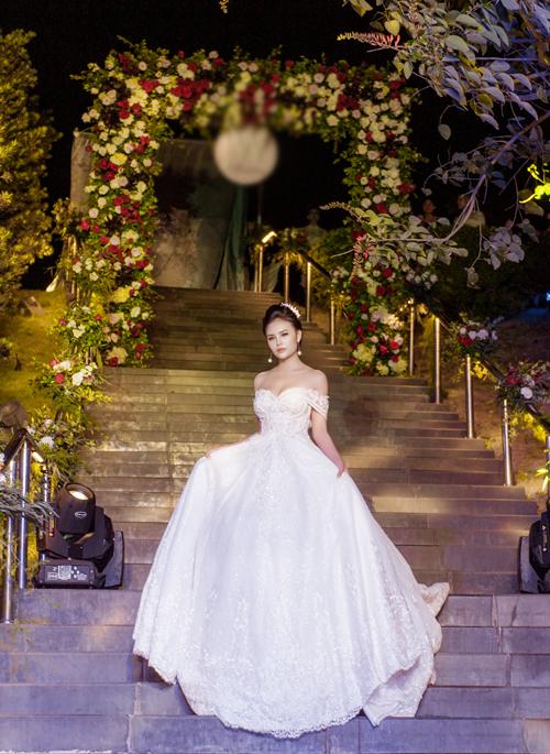 Kiểu váy trễ vai vẫn được nhiều cô dâu yêu thích bởi những khoảng hở vừa đủ để tôn nét gợi cảm mà không làm mất đi sự thanh lịch, duyên dáng.