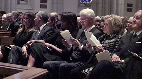 Bà Melania ngồi cạnh ông Obama, bà Michelle và vợ chồng cựu tổng thống Bill Clinton. Ảnh: Twitter
